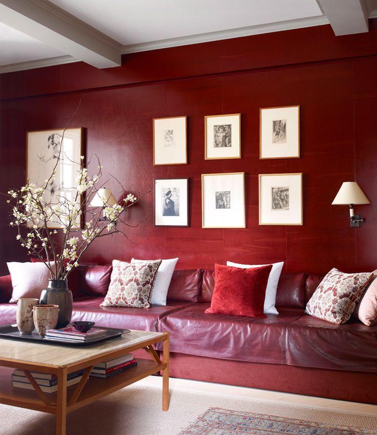 Кабинет Джеффри может использоваться как гостевая спальня. Длинный диван — составленные в ряд кровати. Чехол из кожи, Kellen. Кофейный столик сделан на заказ по эскизам дизайнера. Стены оклеены обоями, Maya Romanoff.
