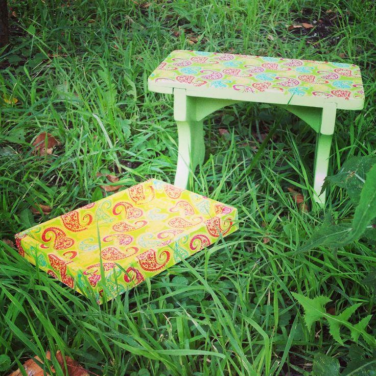 Комплект зеленая табуреточка и коробочка. Маленькая табуреточка из массива дерева,салатого цвета,на сидении рисунок веселый летний рисунок из разноцветных индийских огурцов. Можно использовать как подставку для ног или просто как декоративное дополнение интерьера! Размер сидения 31х19 см Высота 20 см