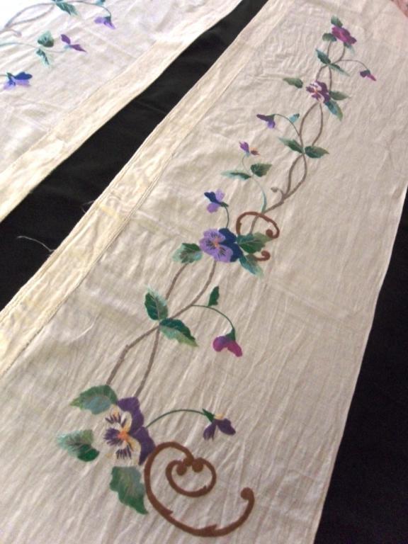 Две длинные узкие шторы , украшенные вышивкой гладью. Длина ткани 195 см, ширина 36см. Длина вышивки 106см.