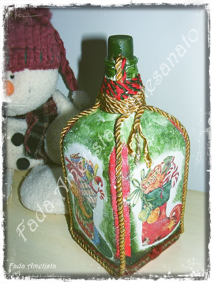 Garrafa decorada com motivos natalícios. 🎅🎄 https://www.facebook.com/FadaAmetista/photos/a.1695705877413545.1073741860.1589593488024785/1711850809132385/?type=3&theater