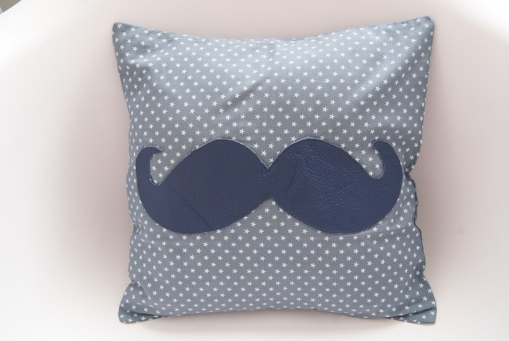Joli coussin à moustache de la créatrice Thais et Tibère! Un brin vintage et tendance à souhait! Parfait dans votre salon ou pour la déco d'une chambre enfant !Entièrement déhoussable, en Coton bleu étoiles blanches et moustache bleue en cuir véritable.Dim : 30X30cm