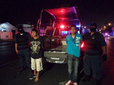 Caen dos jóvenes con arma larga tras estrellar taxi robado | Info7 | Nuevo León