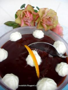 Tante Kiki: Νηστίσιμο προφιτερόλ... σοκαλατένια απόλαυση ΥΛΙΚΑ για 8-10 μερίδες Για την κρέμα σοκολάτας 1 λίτρο νερό* 100 γρ. μαργαρίνη 250 γρ. κουβερτούρα πικρή 3 κ.σ. κακάο σκόνη 1 κ.γλ. στιγμιαίο καφέ με γεύση σοκολάτα (προαιρετικά) 350 γρ. ζάχαρη 8 κ.σ. κοφτές Κούσταρ πάουντερ με γεύση βανίλια 2 κ.σ. γλυκό κρασί Σάμος ή Λήμνος Για την σαντιγύ 500 ml φυτική κρέμα γάλακτος καρύδας (ή για τους λιγότερο αυστηρούς απλή φυτική κρέμα γάλακτος) Για τη διακόσμηση Αμυγδαλάκια φιλέ ελαφρώς ψημένα…