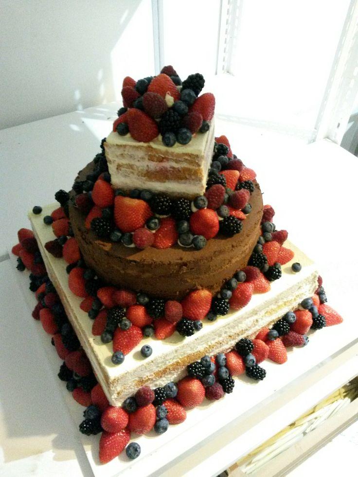Vypadá přirozeně a velmi chutně. Naked cake je tvořený vrstvami korpusu, které jsou proložené krémem. Fondán ani krém na obmazání není potřeba. Vrstvy musí být hezky vidět a čím více jsou nepravidelné, tím je dort krásnější. Nahé dorty se dozdobují pouze ovocem nebo květinami.