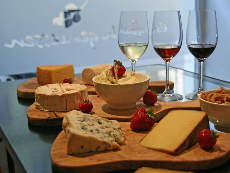 Wein und Käse! Bei diesen Worten läuft einem unweigerlich das Wasser im Mund zusammen. Teils sagenumwoben oder einfach köstlich - sofern man die richtige Kombination erwischt. www.einfachgeniessen.de