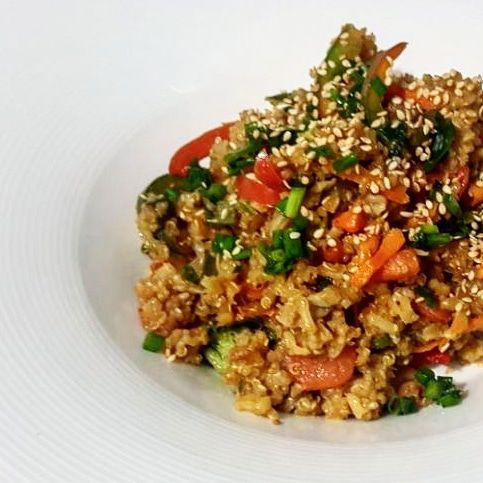Arroz integral con vegetales y camarones.