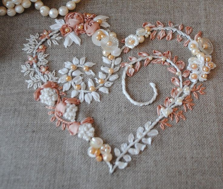 broderie rubansHeart Crafts, Sewing, Silk Ribbons Embroidery, Crazy Quilt, Embroidery, Heart Art, Beautiful Heart, Mothers Day Cards, Embroidered Heart
