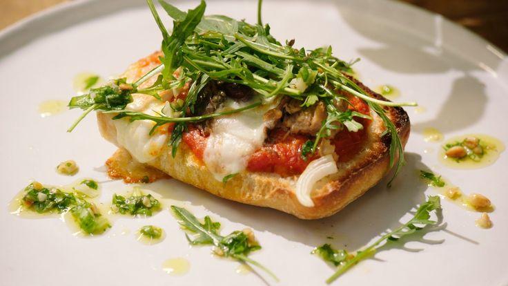 Een overheerlijke ciabatta pizza 'al tonno', die maak je met dit recept. Smakelijk!
