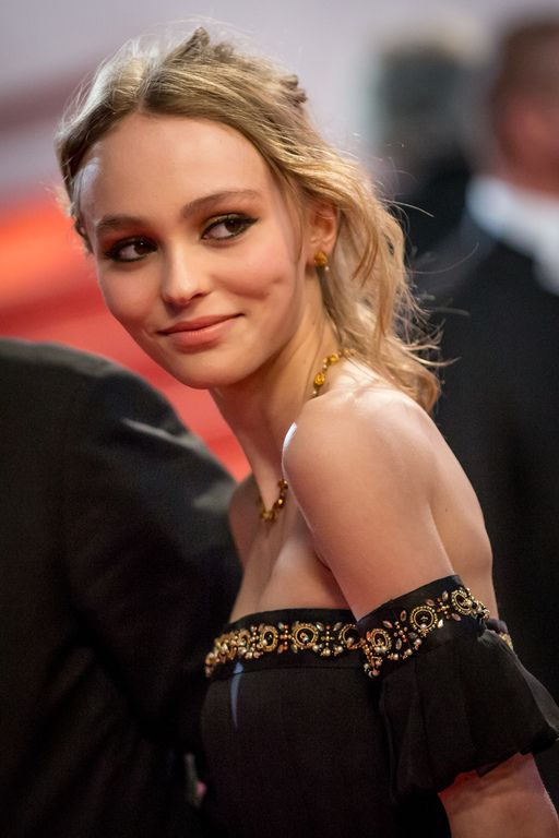 Lily-Rose Depp lors de la montée des marches du film I, Daniel Blake lors du 69e Festival International du Film de Cannes le 13 mai 2016