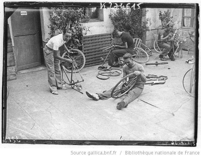 Tour de France 1936, jour de repos à Luchon le 26 juillet : les coureurs Touristes routiers dont Sauveur Ducazeaux, Yvon Marie et Léon Level, réparent leurs vélos dans la cour de l'hôtel