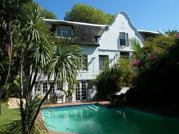 Willow Way I - Willow Way is situated in the charming fishing village of Hout Bay.The house has four bedrooms upstairs that are loft style, with skylights overlooking the valley and a shared television lounge. Downstairs ... #weekendgetaways #houtbay #capemetropole,peninsula #southafrica