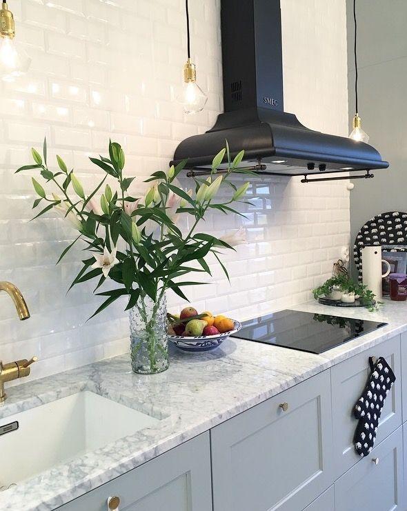 Sekelskiftestrean, grått kök med mässingsbeslag, marmorskiva, fläkt från Smeg m.m. Inrett med Svenskt tenn, diamond lights, subway tiles, mässingkran.