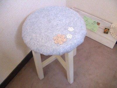 簡単!フェルトで可愛い丸椅子カバーを作る方法 [ハンドメイド・手芸 ... カバーを替えてイメージチェンジ