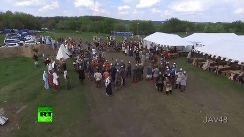 Un dron pasó volando por una feria medieval y la reacción de este tipo sorprendió a todo el mundo