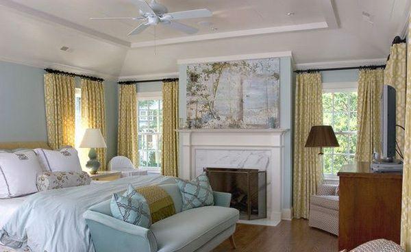 traditionelles schlafzimmer gestalten gardinenideen gelb sofa holzboden kamin
