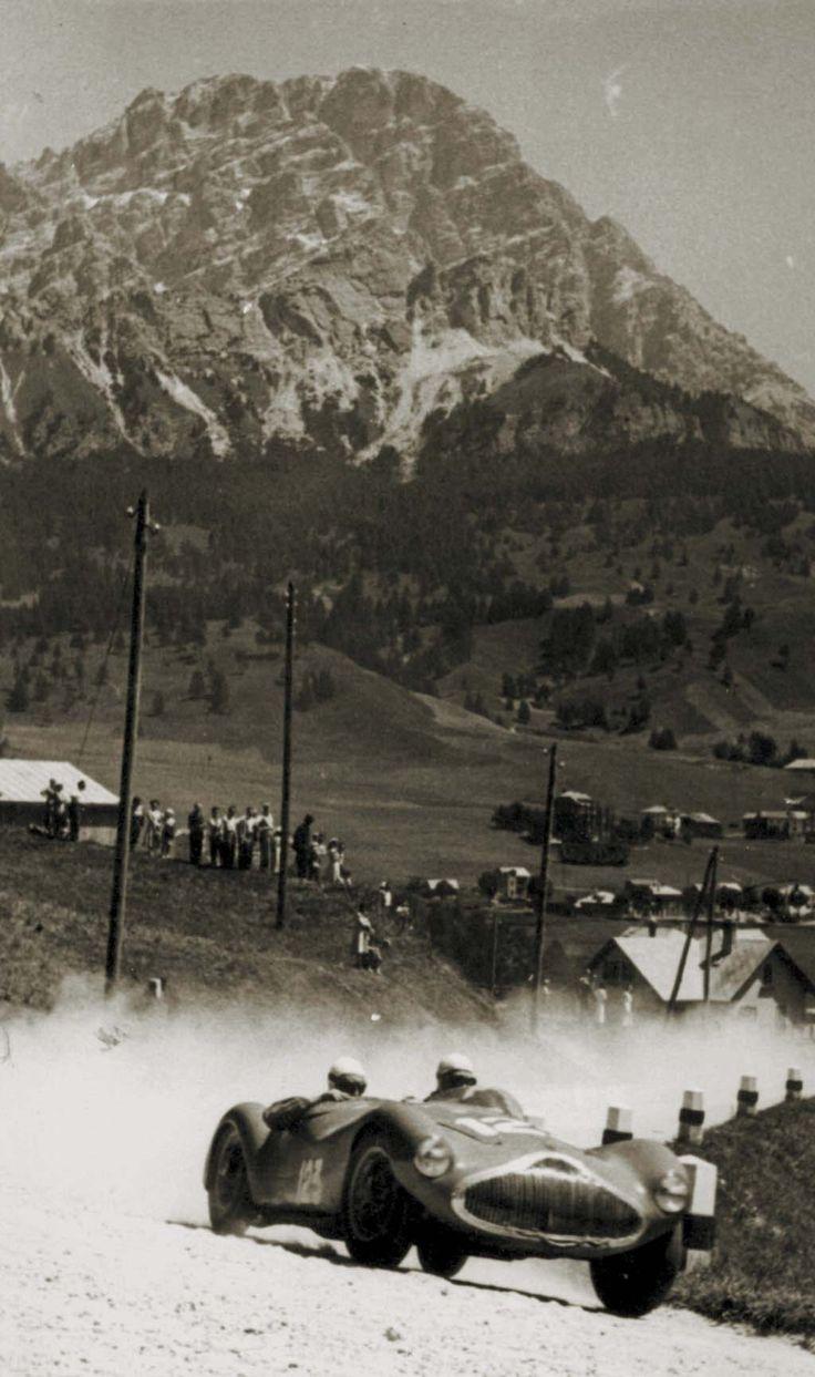1950, Coppa delle Dolomiti. Una lunga scia di polvere segue il passaggio della Stanguellini 1100 con motore bialbero di Sergio Sighinolfi, pilota modenese di 26 anni, che dominera' la classe 1100 Sport battendo di quasi quattro minuti il primato stabilito nel 1949 da Ugo Bormioli.