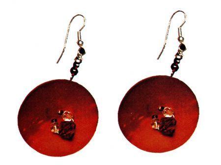 Due orecchini ricavati semplicemente da due bottoni rotondi in madreperla rossa, impreziositi da qualche perlina dello stesso colore, il tutto montato su due attacchi a monachella. Vediamo come realizzarli.
