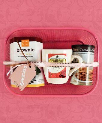 Todo dispuesto para compartir un regalo diferente que ponga sabor a una pausa dulce en una tarde especial. Regalá la magia de los brownies chocolate y nuez que transportan la experiencia en un viaje delicioso, en una perfecta combinación de acompañamientos.