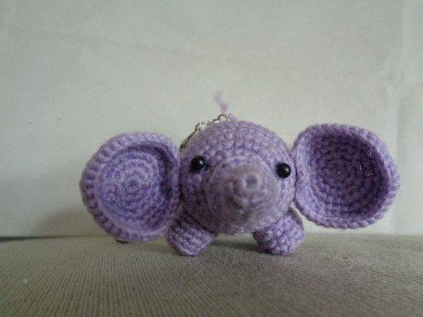 Elefante amigurumi portachiavi realizzato a mano con la tecnica degli amigurumi.Ideale come portachiavi,come idea regalo o anche un idea per bomboniere