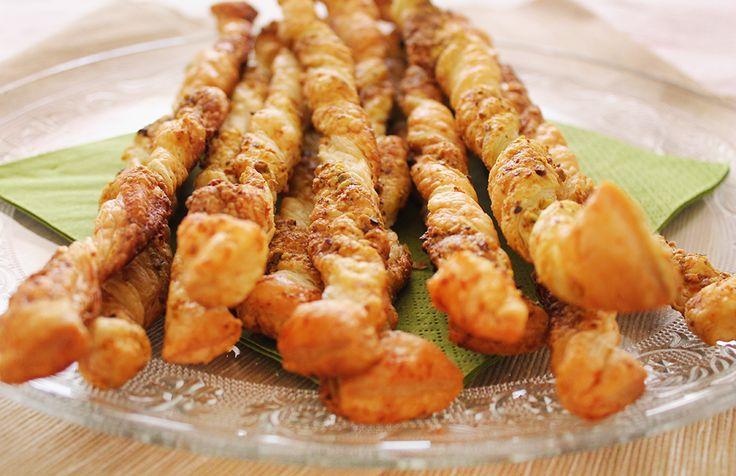 Grissini al pistacchio e parmigiano! La ricetta su http://www.theinsaladwriter.com/2014/10/grissini-foglia-pistacchio-parmigiano.html