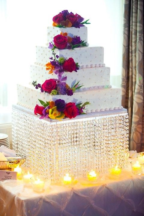 I don't like this cake very much but with a different cake this cake stand would be amazing!