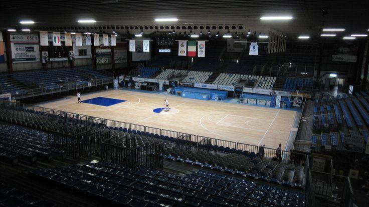 Iniziano le fasi di verniciatura del nuovo parquet sportivo a Cucciago