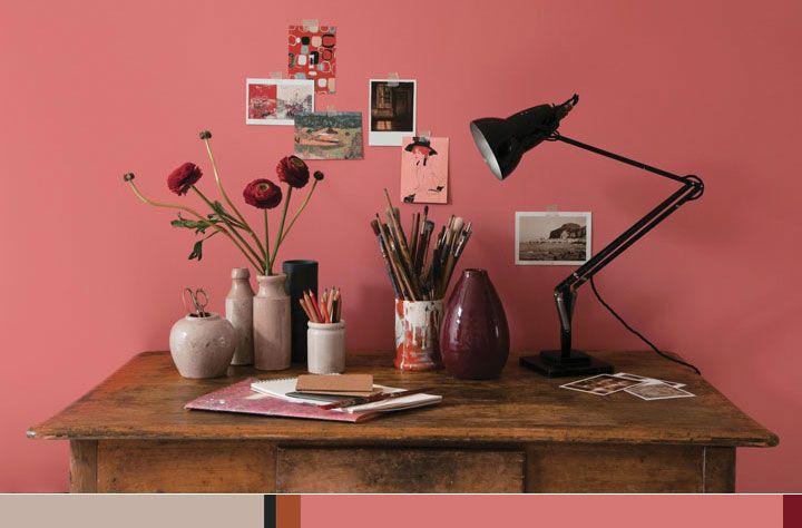 Escrivaninha de madeira envelhecida em ambiente rosa - AkzoNobel