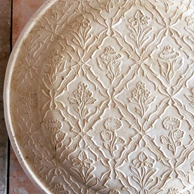 型とれた ここからさらに微調整 すぐに使えないのがもどかしい 石膏型 陶芸 陶器 器 うつわ 調整彫りが終わったら 石膏の水分抜けるまで一週間ほど乾燥させます Mold Ceramics Pottery 陶芸 陶器 石膏型