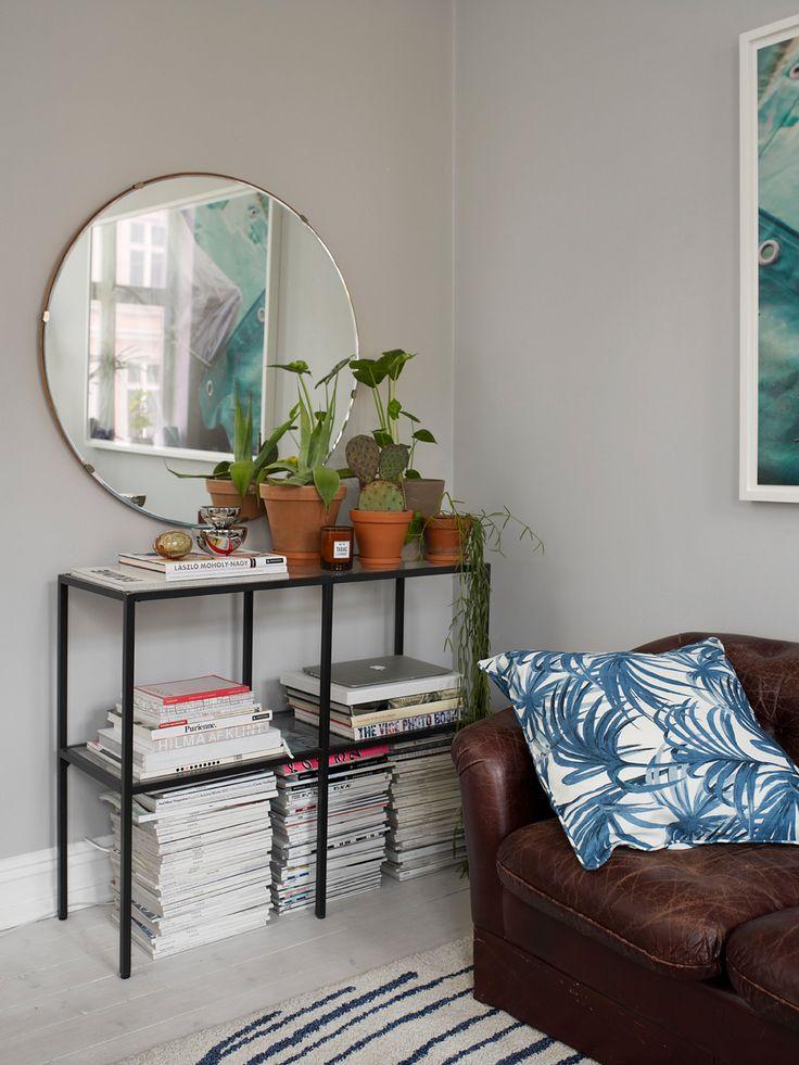 Hyllen er fra Ikea, men faren til Mette har sveiset den om slik atden ble slik hun hadde sett for seg. Det runde speilet er et loppisfunn. Mette samler på bøker, blader og planter. På hyllen står Aura veggspeil fra New Works, og duftlyset Tabac, fra L:A Bruket. Foto: Birgit Fauske