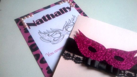 Lindo convite confeccionado em papel 180g, com aplicação de renda, fita de cetim, mascara de e.v.a com glitter e laço Chanel.