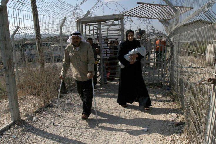 Serdadu Zionis Tembak Kaki dan Pinggul Kakek Palestina Ini  Warga Palestina melintasi pos pemeriksaan Hawara di dekat kota Nablus Tepi Barat terjajah. Foto: Dokumentasi MEMO  LONDON Rabu (Middle East Monitor): Serdadu Zionis menembak seorang kakek Palestina di sebuah pos pemeriksaan di selatan Nablus Tepi Barat terjajah kemarin (28/2) pagi. Setelah penembakan pos pemeriksaan ditutup dengan alasan keamanan. Petugas medis dari Bulan Sabit Merah Palestina mengatakan pada Maan bahwa Hussein…