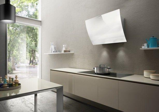 Design wand afzuigkap VERSU, deze kop-vrij afzuigkap is voorzien van randafzuiging en LED verlichting. Deze kap kenmerkt zich, ondanks zijn afmetingen als een slanke model aan de muur. De VERSU geeft je veel bewegingsvrijheid boven de kookzone. Dit model wordt exclusief door aXiair geïmporteerd en geleverd onder het Faber label. www.axiair.nl info@axiair.nl