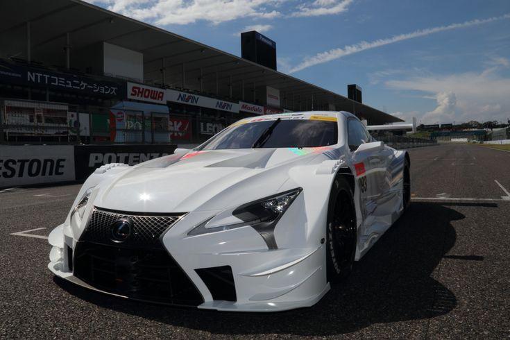 スーパーGTに参戦するLEXUS GAZOO Racingは26日、2017年から導入する新型マシン「LC500」を初公開した。GT500クラスの車両規定が一部変更になることを受けて、レクサス勢はいち早くマシンをお披露目。来季は一体どんなところが変わるのか?今回は外観のみだが、現行マシンと新型マシンを比較して見ていこうと思う。