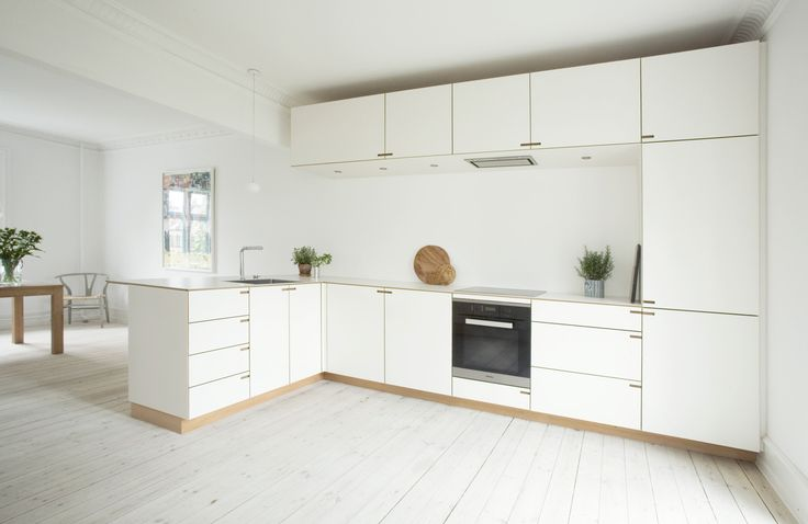 In order to attain a singular architectural form in the kitchen, the overhead and lower cabinets have the same depth. This optimizes the sense of space for food preparation on and around the kitchen counter.