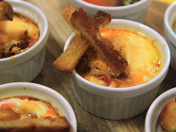 Äggcocotte med chorizo och chili | Recept.nu