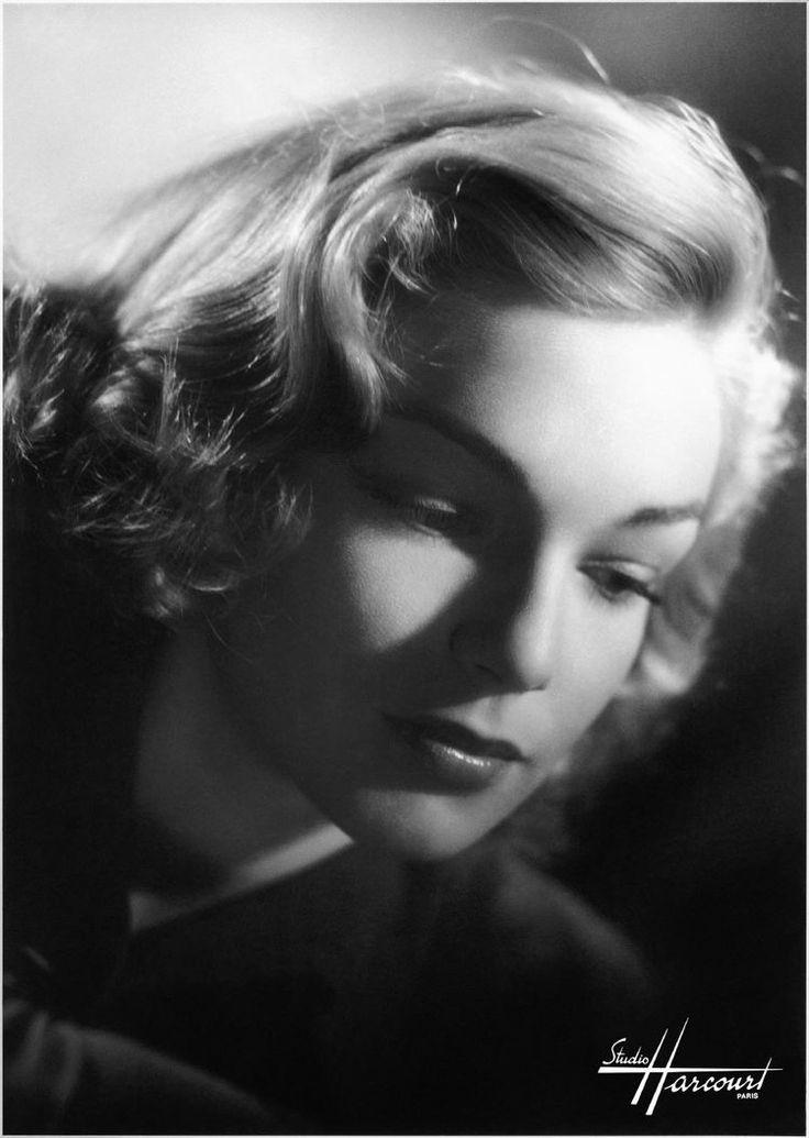 En 1947, Simone Signoret, alors âgée de 26 ans, a été prise en photo par Harcourt juste avant sa révélation dans le film Casque d'or. © Studio Harcourt Paris