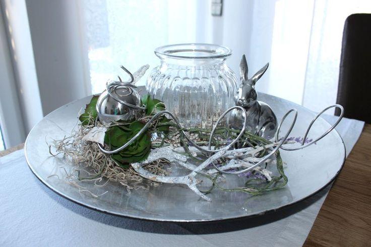 TD93 - Exclusive Tischdeko! Silberfarbene Schale, dekoriert mit natürlichen Materialien, künstlichen Sukkulenten, einer Edelstahlkugel und einem großem Glaswindlicht!Preis 54,90€ - Durchmesser 45cm, Hase 10,90€