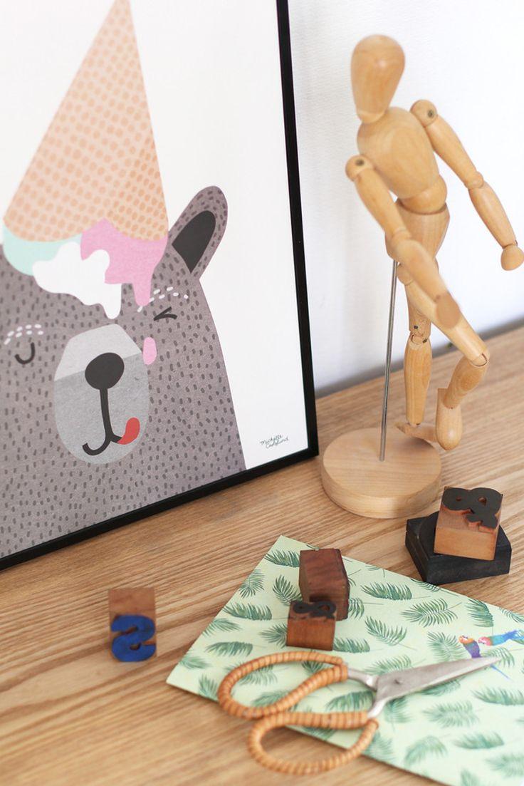 I love Ice Cream er en sød plakat, med en bjørn der har fået en is på hovedet. Den fine illustration fra Michelle Carlslund vil passe fint ind i både stuen, soveværelset eller børneværelset.