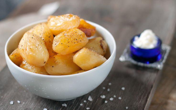 Le patate alla birra sono un contorno perfetto per moltissimi piatti di carne bianca e rossa, sfumatele con una birra lager.