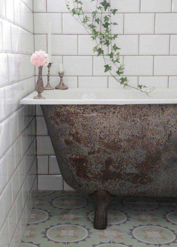 Ambiance raffinée et rétro dans la salle de bains avec carrelage metro biseauté