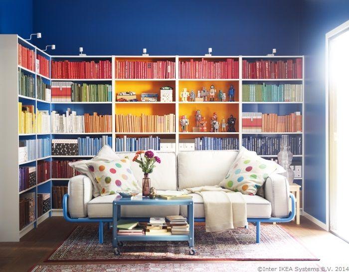 Unei biblioteci colorate i se asortează o canapea comodă...şi mult timp liber.
