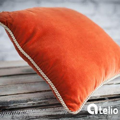 Aksamitna poduszka w kolorze pomarańczowym. Pracownia Color for Home. Do kupienia w atelio.pl. #orange #pillow #aksamit #aksamitnaPoduszka
