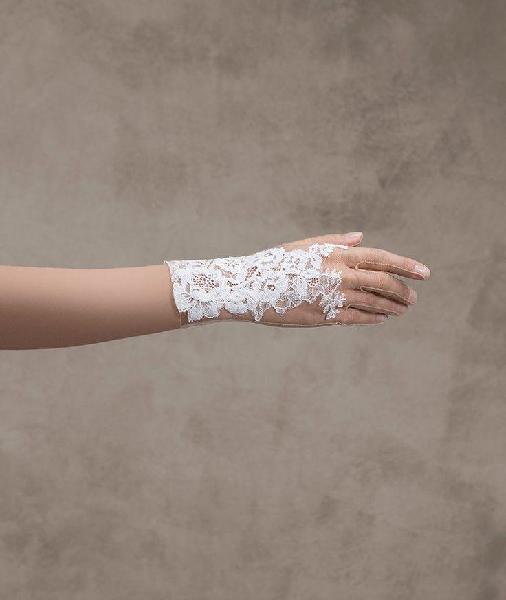 Bridal gloves G-316, an attractive accessory | Pronovias | Pronovias