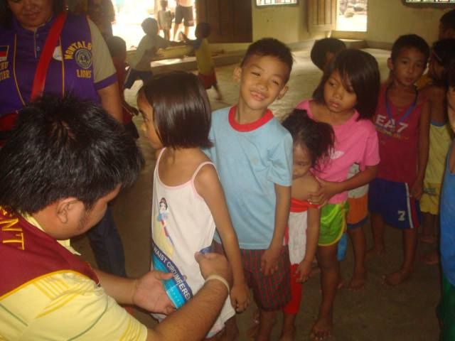 Montalban Leo Club (Philippines)   Leos held a Feeding Program and checked the body weight of children
