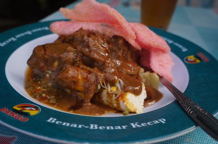 A thick layer of peanut sauce glazes this kupat tahu Gempol. Photo by Icha Rahmanti.