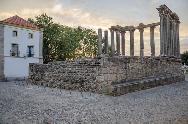 O Templo Romano de Évora é o monumento mais conhecido da cidade. Visite o passado no Templo Romano e veja o sol a pôr-se por trás das colunas coríntias.