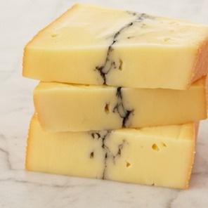 Mais d'où provient cette ligne cendrée qui semble couper le Morbier en deux. Il faut remonter deux siècles en arrière pour comprendre cette particularité... http://www.fromages-aop.com/fromage/morbier/
