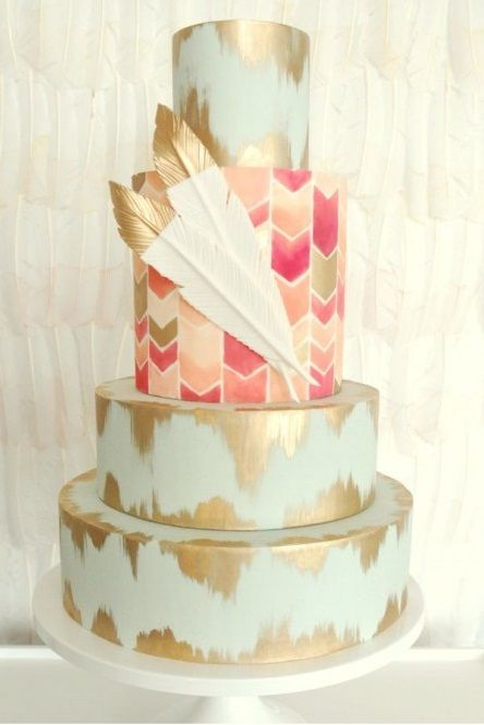 Génial pour un mariage bohème ce wedding cake, ces feuilles d'or et les deux plumes qui ornent ce gâteau feront sensation le jour J !