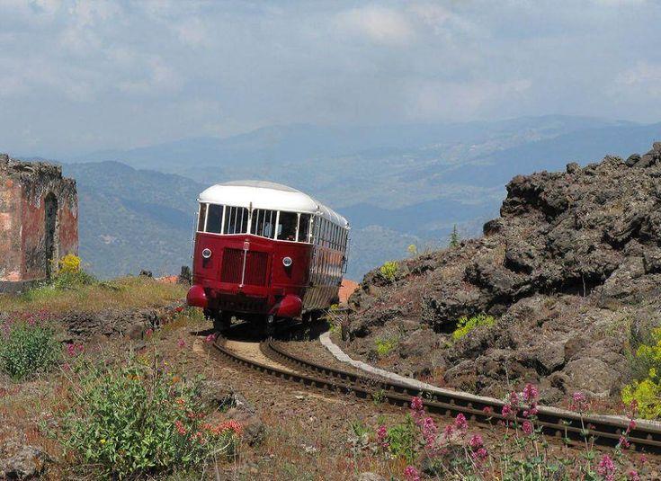 Le Ferrovia Circumetnea est un chemin de fer atypique, qui fait le tour du volcan Etna, en Sicile. - SCMB Images