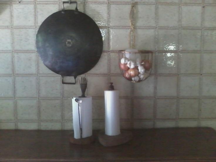 Para nossa cozinha :panela de disco de arado, porta cebola e alho , de arame e tiras ferro doce, porta papel toalha e rolo de saco de plástico